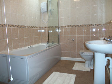 H hunt builders for Small fitted bathrooms